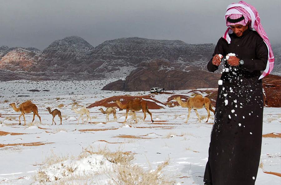 Город Пророка ﷺ Медину окутывает снежная буря