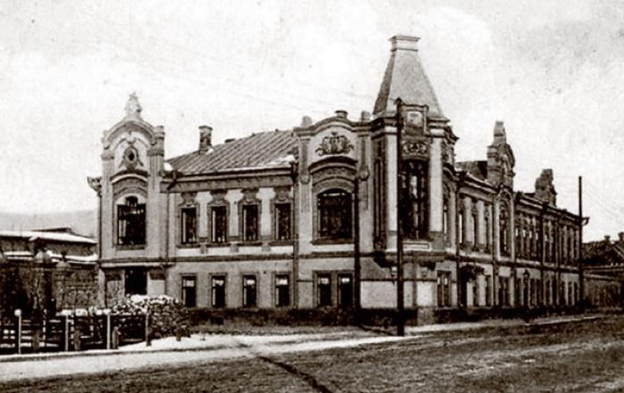 Бывший особняк Юнусовых. Был переделан купцом Мухаммед-Бадретдином Апанаевым в 1906 году.